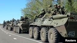 Украина чек арасына жакын жерде жайгашкан орус аскерлери. 25-апрель, 2014-жыл.