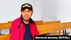 Житель Алматы Мурат Шорманов, обвиненный в участии в несанкционированном митинге, в суде незадолго до начала заседания. Алматы, 17 сентября 2019 года.