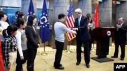 ԱՄՆ-ի պետքարտուղար Ջոն Քերին վիզա ա է տրամադրում չինացի երիտասարդի, արխիվ