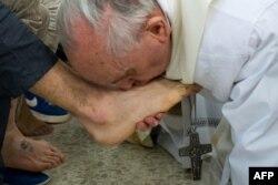 Папа Франциск целует ногу заключенного тюрьмы для малолетних правонарушителей