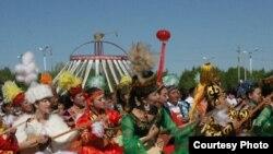 Сотни домбристов с китайском Синьцзяне исполняют кюй. 30 мая 2010 года.