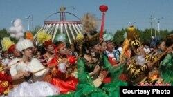 Массовое одновременное исполнение десятью тысячами домбристов казахского кюя «Кенес». Синьцзян, май 2010 года.