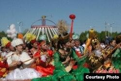 10450 домбристов исполняют кюй «Кенес» в районе Толы Синьцзяня для регистрации рекорда. 30 мая 2010 года. Фото с сайта Сhinanews.com.