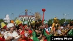 Шыңжаң-Ұйғыр автономиялы ауданының Толы ауданында өткен қазақ домбырашыларының топтық өнер көрсетуі. 30 мамыр 2010 жыл