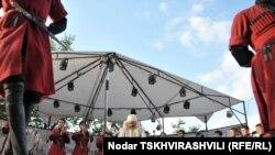 Публика восторженно встречала каждое выступление грузинского коллектива