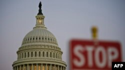 "Znak sa natpisom ""Stop"" kod zgrade Kongresa"