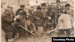 Алай районунун Мурдаш айылына мечит салынып жаткан учур. 1983-жыл. Мечитти ашар жолу менен жергиликтүү эл салган.