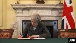 Тереза Мэй Brexit чарасын башлау турында хат яза