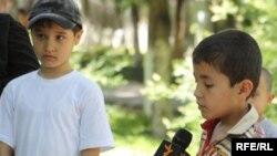 Алматыда ұсталған өзбек босқындарының балалары Азаттық тілшісіне сұхбат беріп тұр.