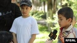 Корреспондент радио Азаттык беседует с детьми узбекских беженцев, задержанных в Алматы.