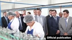 Премьер-министр Армении Тигран Саргсян во время посещения одного из предприятий в Аскеранском районе Нагорного Карабаха, 1 августа 2011 г.