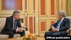 Armenia - Outgoing President Serzh Sarkisian and outgoing Prime Minister Karen Karapetian meet in Yerevan, 7 April 2018.