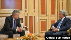 Armenia - Outgoing President Serzh Sarkisian and outgoing Prime Minister Karen Karapetian meet in Yerevan, 7 April 2018.