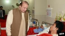 Наваз Шариф навещает в госпитале кадета, раненного при нападении на школу в Пешаваре. 17 декабря