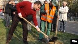 Премиерот Никола Груевски сади дрво во Скопје.