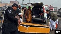 Pakistanyň demirgazyk-günbatar regiony Jamrudda partlan bombada ençeme adam öldi. 17-nji dekabr, 2012 ý.