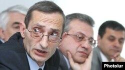 Армения - Председатель Национальной комиссии по телевидению и радио Армении Григор Амалян (слева) во время обсуждения вопроса телекомпании «Кентрон», Ереван, 11 мая 2012 г.