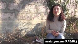 Մարիամ Սուխուդյանը Զովունի գյուղի իր տնամերձ այգում