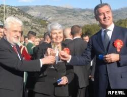 Milo Đukanović, Jadranka Kosor i Mirko Cvetković na obilježavanju početka radova na autoputu, oktobar 2009. foto: Savo Prelević