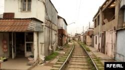 Dəmiryol xətti yaxınlığında evlər