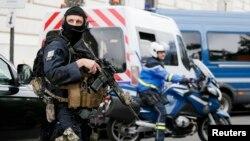 Ýöriteleşdirilen polisiýa güýçleri şähere gözegçilik edýärler, Pariž, 20-nji maý, 2016.