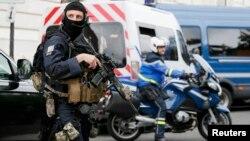 Forcat speciale duke monitoruar gjendjen gjatë bartjes të Salah Abdeslamit për në seancat e mëparshme, foto nga arkivi