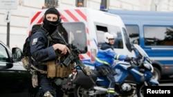 Osiguranje ispred suda u Parizu