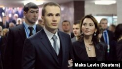 Александр Янукович с супругой на автомобильной выставке в Киеве