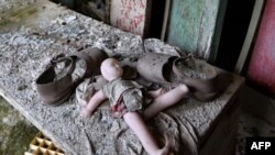 """Lutka i cipele u školi """"grada duhova"""" Pripjat blizu Černobila"""