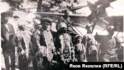 Эвенки фотографируются у гидросамолёта. С. Максимкин Яр на р. Кети. Конец 1930-х гг.
