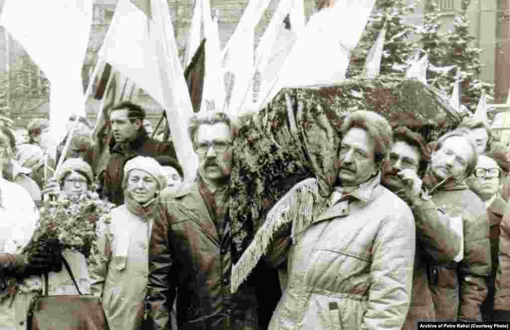Активна робота щодо перепоховання в Україні загиблих у радянських тюрмах українських діячів Василя Стуса, Юрія Литвина та Олекси Тихого почалася у 1989 році. Для цього рідні вели тривалі переговори з владою, а громадськість збирала гроші