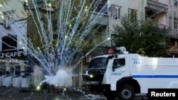 Диярбакырдағы коменданттық сағатқа қарсылық акциясы кезіндегі полиция көлігі. Түркия, 8 желтоқсан 2015 жыл.