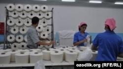 Работники текстильного предприятия DAEWOO Textile в Бухаре. Архивное фото.