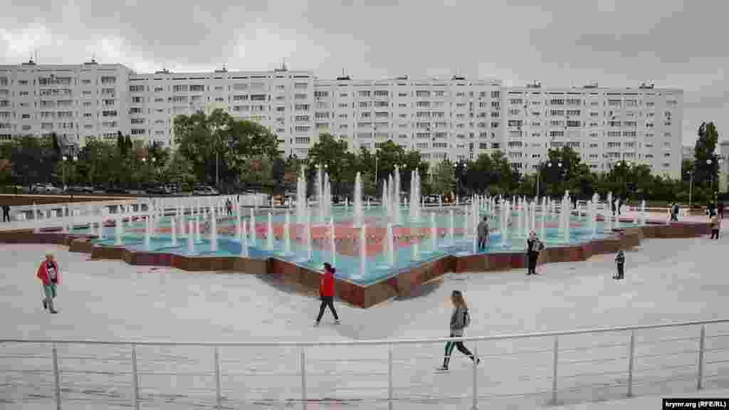 Возле входа в парк установлен фонтан в виде лепестков советского ордена «Победа»