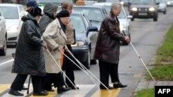 Незрячие люди переходят улицу. Иллюстративное фото.