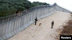 Патрола кај ѕидот на границата меѓу Турција и Сирија. 01.11.2016