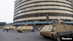 ناقلات مدرعة تقف أمام مبنى التلفزيون المصري