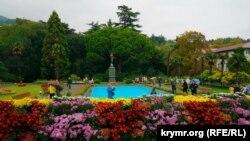 «Бал хризантем» в Никитском ботаническом саду, на заднем плане памятник богине Флоре. Ялта, поселок Никита. Архивное фото