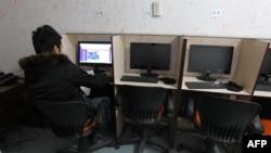 Посетитель интернет-кафе в Тегеране.