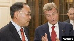 ԵԱՀԿ-ի գործող նախագահ, Ղազախստանի արտգործնախարար Կանատ Սաուդաբաեւ (ձախից) եւ Ֆրանսիայի արտգործնախարար Բեռնար Քուշներ, Ալմաթի, 16-ը հուլիսի, 2010թ.