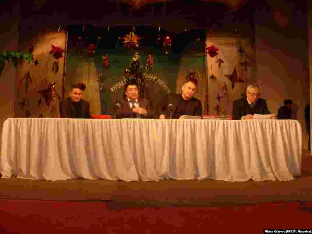 Нааразы болгон элге түшүндүрүү иштерин жүргүзүү үчүн энергетика министри Кубанычбек Турдубаев драма театрынын ичинде эл менен жолугушууда.