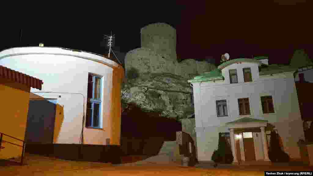 Генуэзская крепость Чембало подсвечена огнями города
