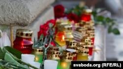 Цветы и свечи у входа на станцию метро «Октябрьская» в Минске