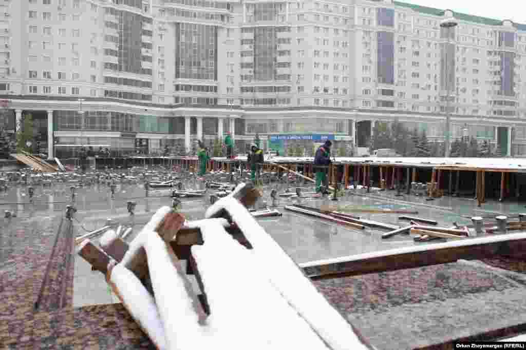 Рабочие коммунального предприятия в спешке закрывают фонтаны.