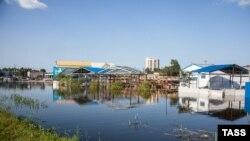 Затопленная в результате паводка улица Хабаровска