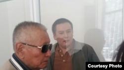 Журналист и гражданский активист Жанболат Мамай (справа) в суде перед началом слушаний. Алматы, 31 марта 2017 года.