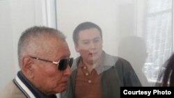 Журналист Жанболат Мамай (справа) в суде перед началом слушаний. Алматы, 31 марта 2017 года.