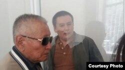Журналист и гражданский активист Жанболат Мамай (справа) в суде перед началом слушаний по заявлениям его адвоката. Алматы, 31 марта 2017 года.