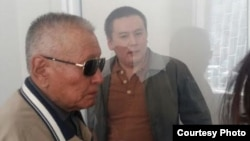 Сотқа әкелінген Жанболат Мамай (оң жақта) әкесі Мамай Бекқожиевке қарап тұр. Алматы, 31 наурыз 2017 жыл.