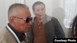 Подсудимый Жанболат Мамай и его отец Мамай Беккожиев (слева). Алматы, 31 марта 2017 года.